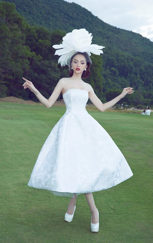 Tiểu Vy khôn khéo khi bắt chước kiểu tạo dáng 'thương hiệu' của Hoa hậu Hương Giang Ảnh 10