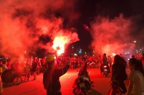 Trận Việt Nam- Malaysia: CĐV đốt pháo sáng bên ngoài sân Mỹ Đình sau bàn thắng của Công Phượng Ảnh 5