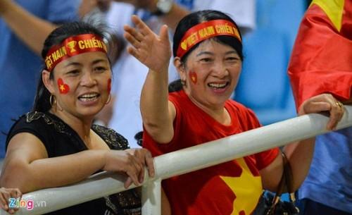 Trận Việt Nam- Malaysia: CĐV đốt pháo sáng bên ngoài sân Mỹ Đình sau bàn thắng của Công Phượng Ảnh 3