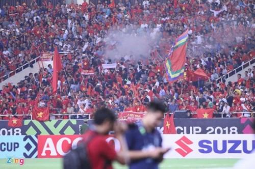 Trận Việt Nam- Malaysia: CĐV đốt pháo sáng bên ngoài sân Mỹ Đình sau bàn thắng của Công Phượng Ảnh 4