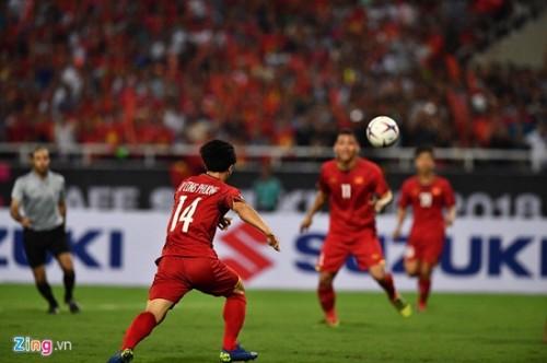 Trận Việt Nam- Malaysia: CĐV đốt pháo sáng bên ngoài sân Mỹ Đình sau bàn thắng của Công Phượng Ảnh 1