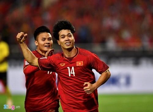 Trận Việt Nam- Malaysia: CĐV đốt pháo sáng bên ngoài sân Mỹ Đình sau bàn thắng của Công Phượng Ảnh 2