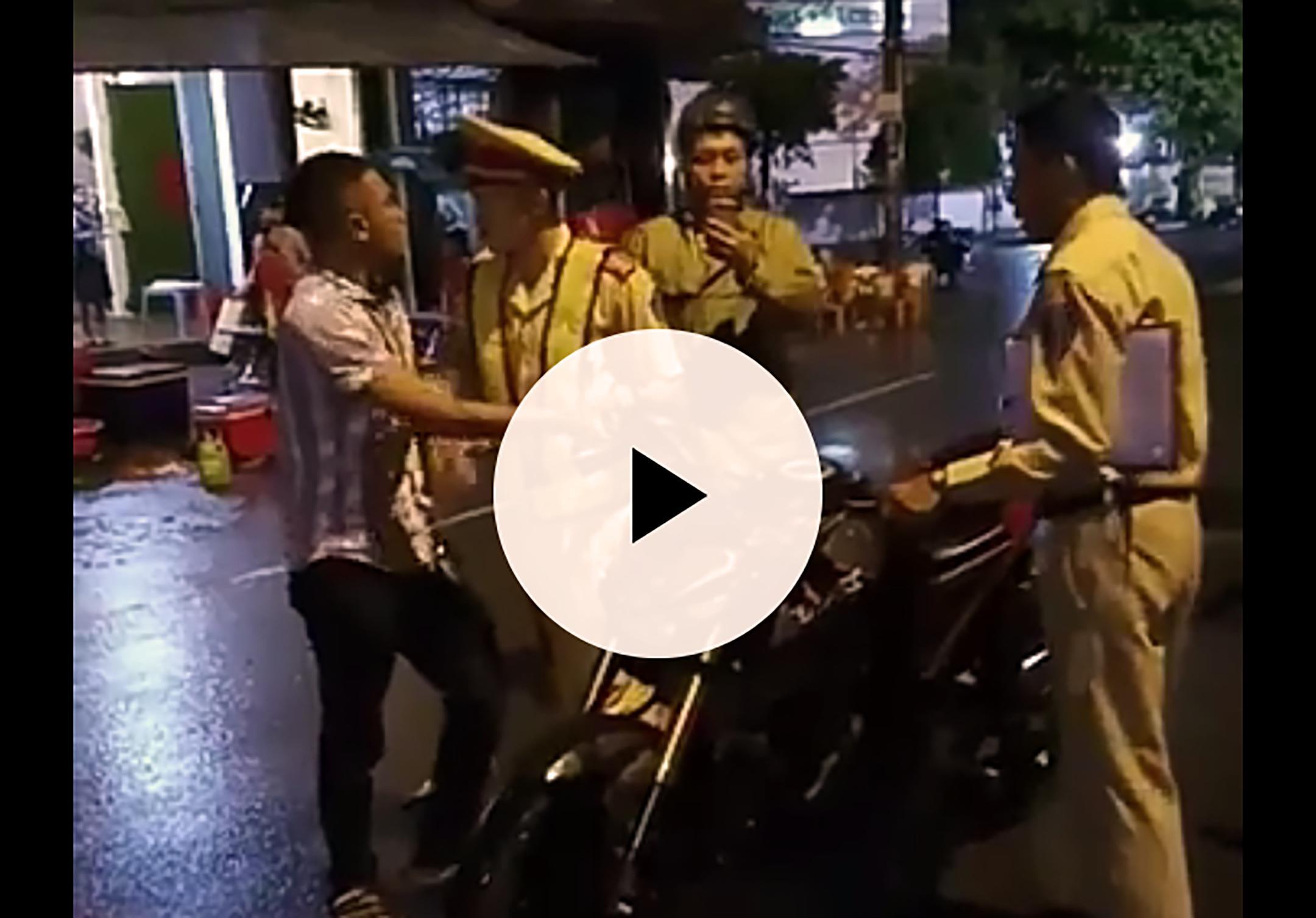 Vụ CSGT 'tự té ngã' ở Bình Định: Xử phạt hành chính 2 thanh niên 'cản trở người thi hành công vụ' Ảnh 1