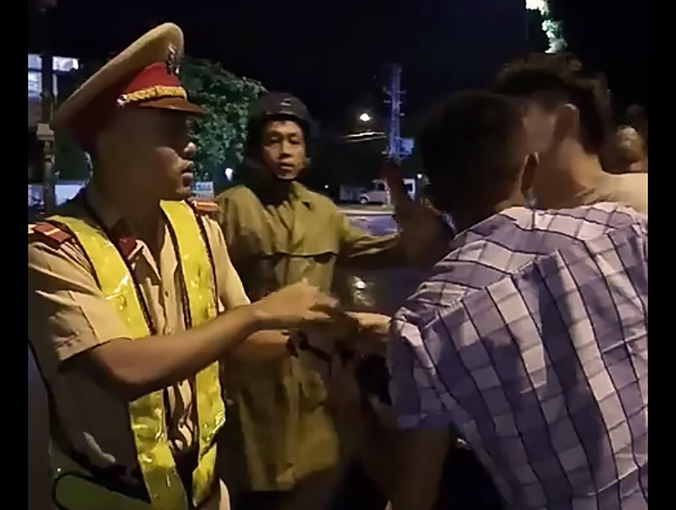 Vụ CSGT 'tự té ngã' ở Bình Định: Xử phạt hành chính 2 thanh niên 'cản trở người thi hành công vụ' Ảnh 2