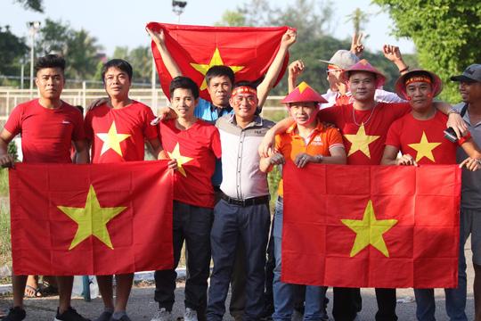 Tuyển Việt Nam tới sân, CĐV 2 đội khuấy động không khí trước đại chiến Ảnh 3