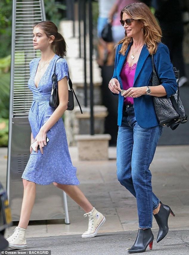 Siêu mẫu Cindy Crawford đẹp cuốn hút, vui vẻ dạo phố cùng con gái Ảnh 1