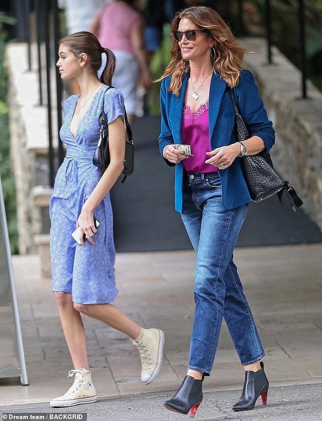 Siêu mẫu Cindy Crawford đẹp cuốn hút, vui vẻ dạo phố cùng con gái Ảnh 2