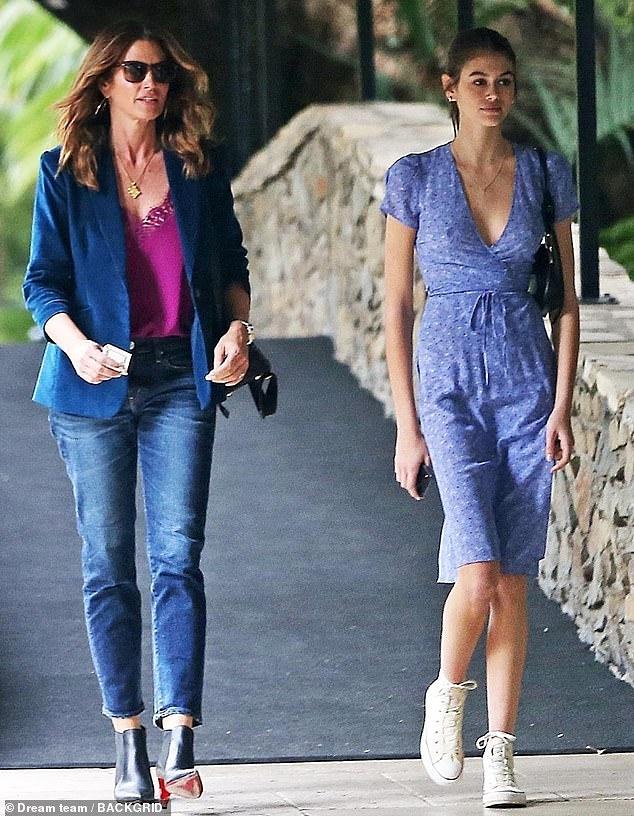 Siêu mẫu Cindy Crawford đẹp cuốn hút, vui vẻ dạo phố cùng con gái Ảnh 3