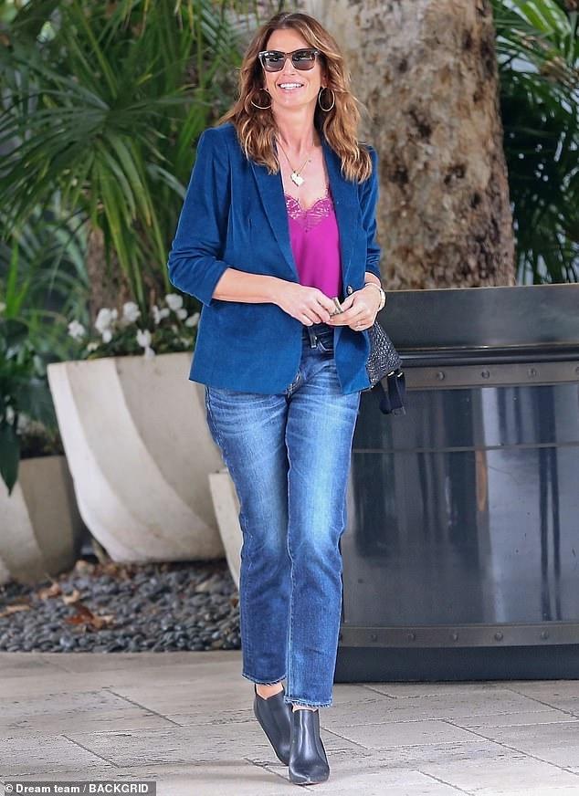 Siêu mẫu Cindy Crawford đẹp cuốn hút, vui vẻ dạo phố cùng con gái Ảnh 4