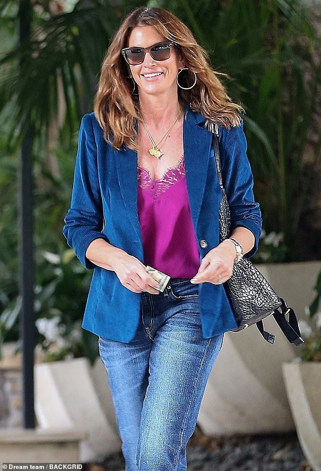 Siêu mẫu Cindy Crawford đẹp cuốn hút, vui vẻ dạo phố cùng con gái Ảnh 6