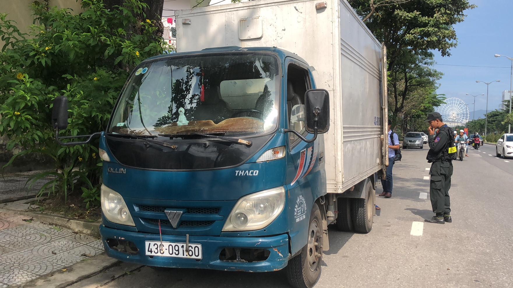 Bắt xe tải chở cá thối khiến người đi đường phải bịt mũi Ảnh 2