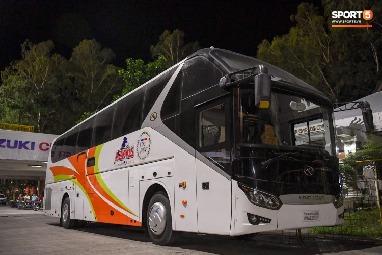 Săm soi xe buýt sang trọng của đội tuyển Philippines trước giờ quyết đấu với Việt Nam tại AFF Cup 2018 Ảnh 1