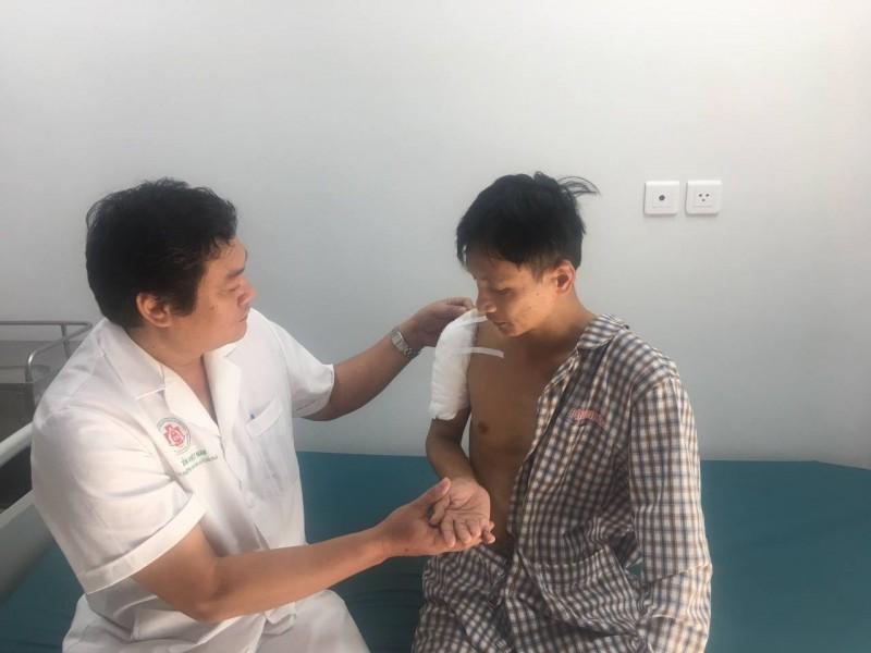 Phẫu thuật thay khớp vai thành công cho giáo viên bị u xương cánh tay Ảnh 1