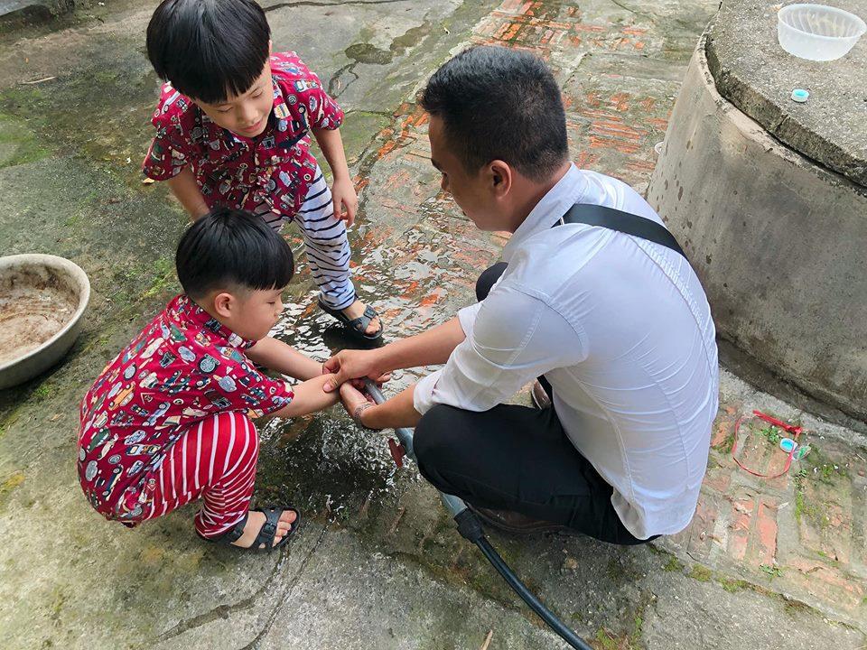 Sau chia sẻ ám chỉ chuyện chia tay, MC Nguyễn Hoàng Linh và hôn phu tay trong tay về quê ngoại Ảnh 2