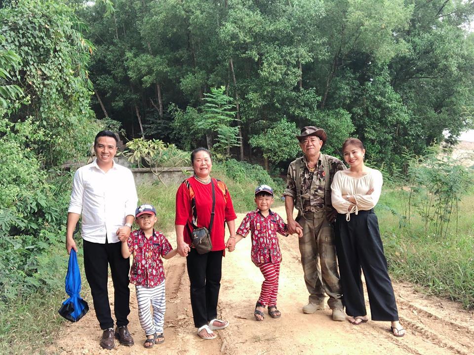 Sau chia sẻ ám chỉ chuyện chia tay, MC Nguyễn Hoàng Linh và hôn phu tay trong tay về quê ngoại Ảnh 1