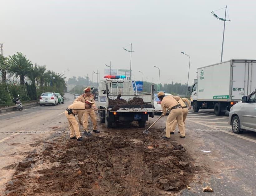 4 ôtô tông liên hoàn trên đường ra sân bay Nội Bài Ảnh 2