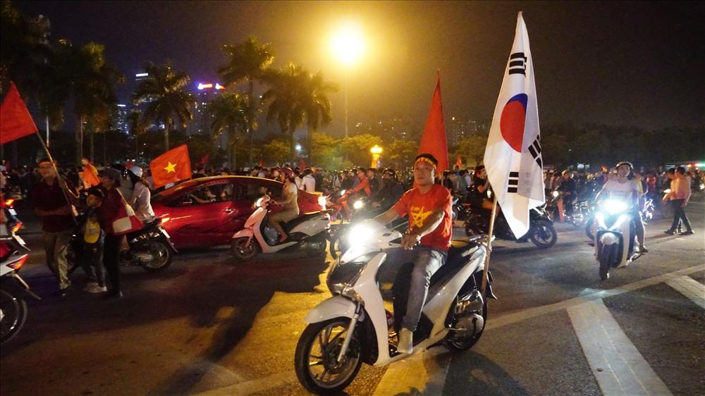 Nam thanh nữ tú đầu trần đi cổ vũ đội tuyển Việt Nam Ảnh 1