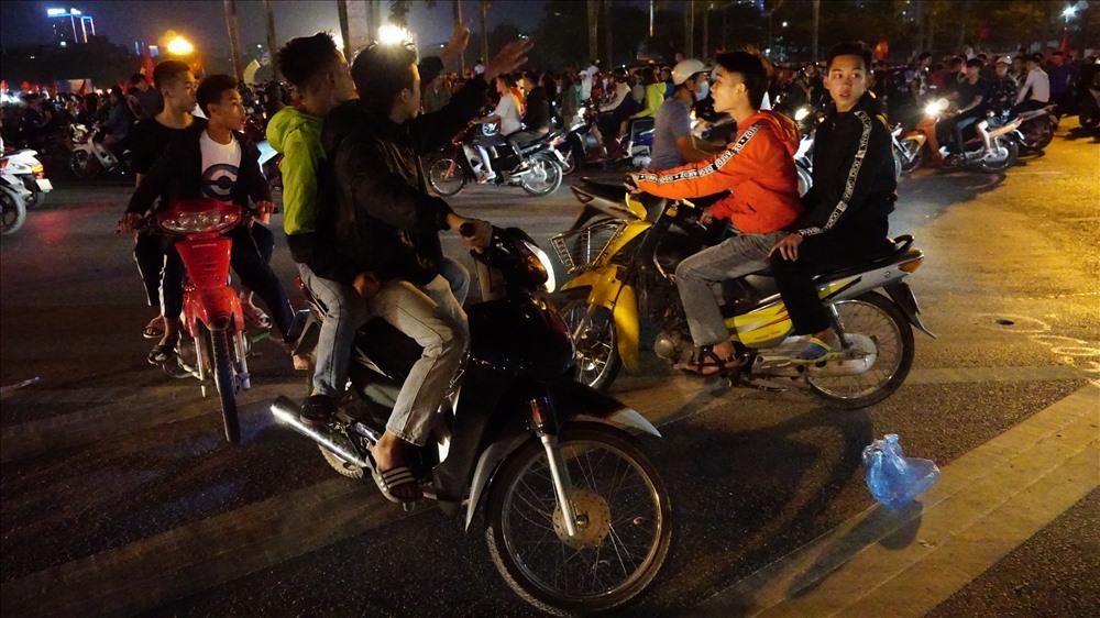 Nam thanh nữ tú đầu trần đi cổ vũ đội tuyển Việt Nam Ảnh 2