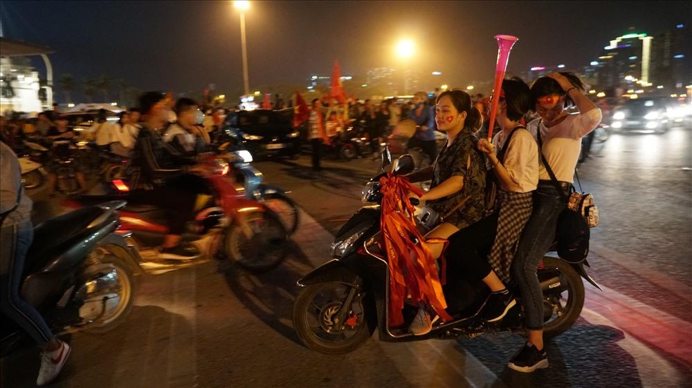 Nam thanh nữ tú đầu trần đi cổ vũ đội tuyển Việt Nam Ảnh 5