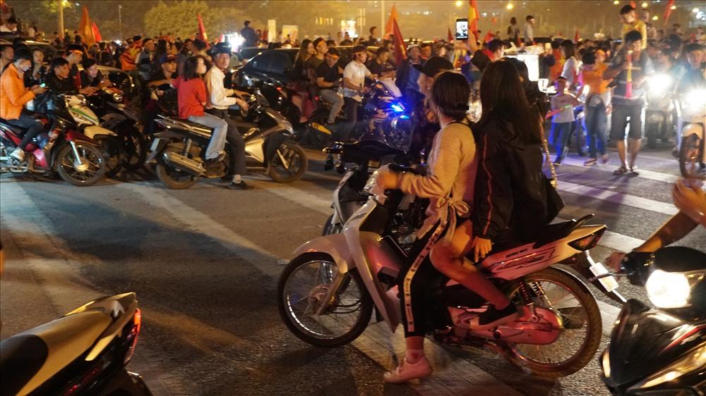 Nam thanh nữ tú đầu trần đi cổ vũ đội tuyển Việt Nam Ảnh 7