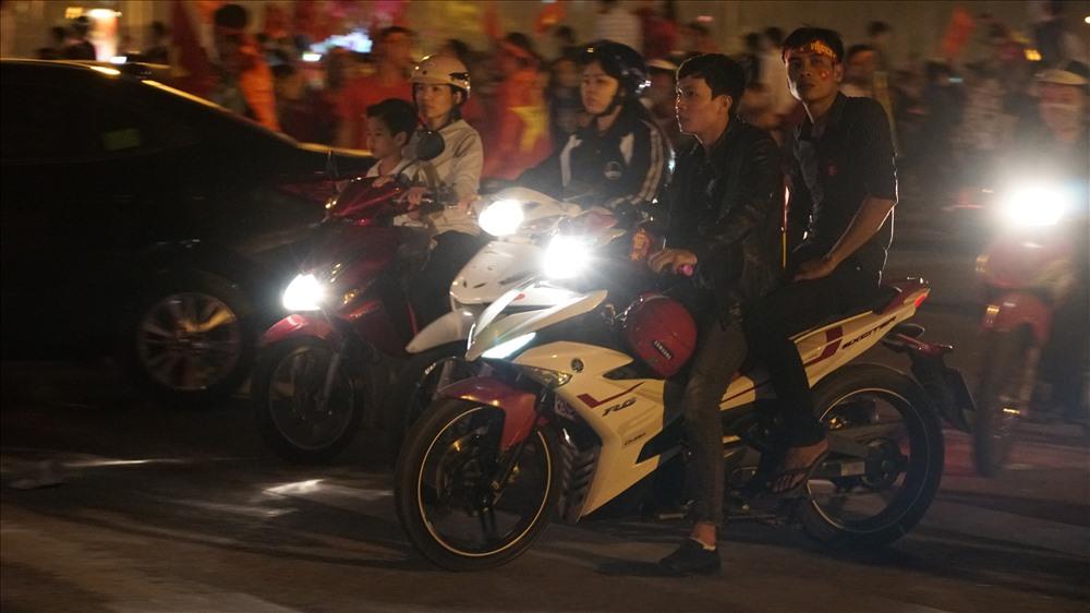 Nam thanh nữ tú đầu trần đi cổ vũ đội tuyển Việt Nam Ảnh 6