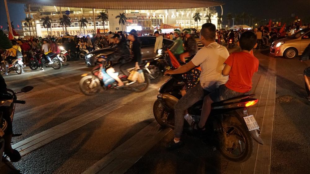 Nam thanh nữ tú đầu trần đi cổ vũ đội tuyển Việt Nam Ảnh 8