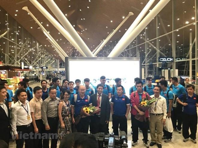 Đội tuyển Việt Nam được người hâm mộ 'săn đón' tại sân bay Kuala Lumpur Ảnh 1