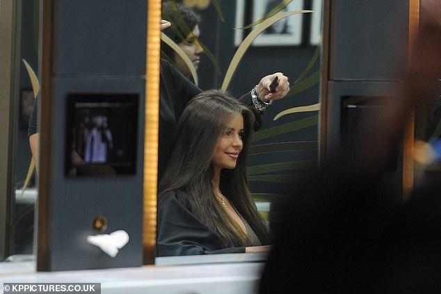 Nàng mẫu Demi Rose nhuộm tóc nâu, mặc gợi cảm bất chấp trời giá lạnh Ảnh 8