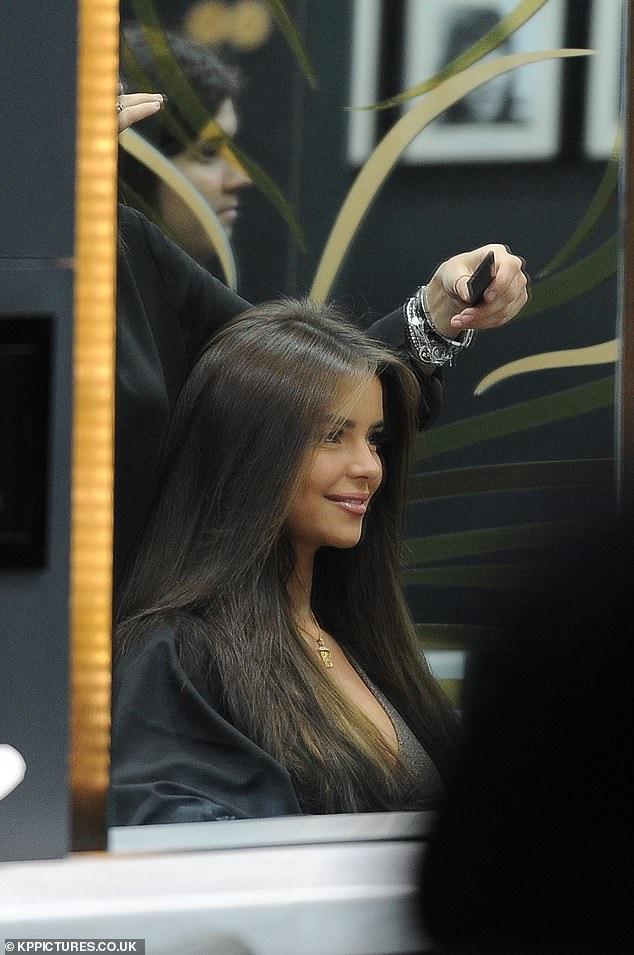 Nàng mẫu Demi Rose nhuộm tóc nâu, mặc gợi cảm bất chấp trời giá lạnh Ảnh 7