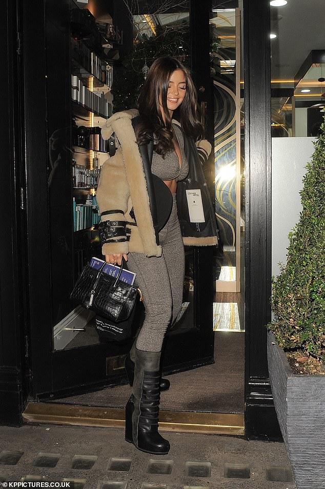 Nàng mẫu Demi Rose nhuộm tóc nâu, mặc gợi cảm bất chấp trời giá lạnh Ảnh 3