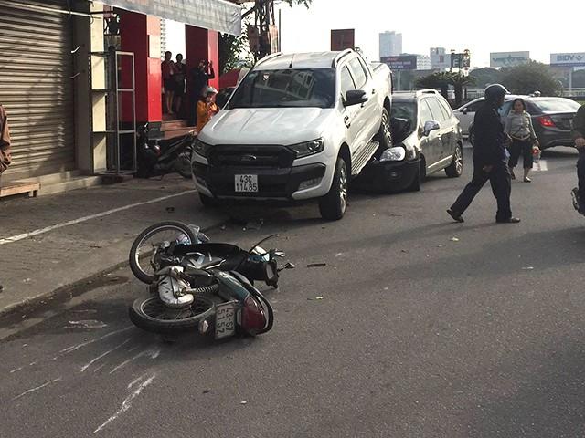 Tài xế lùi xe 'tử thần' đâm 2 xe máy, rồi đè bẹp đầu ô tô phía sau Ảnh 1