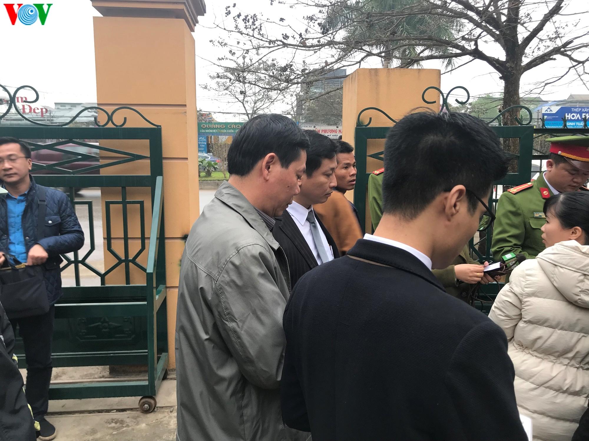 Xét xử vụ chạy thận làm 9 người chết: Bị cáo Hoàng Công Lương vắng mặt Ảnh 4