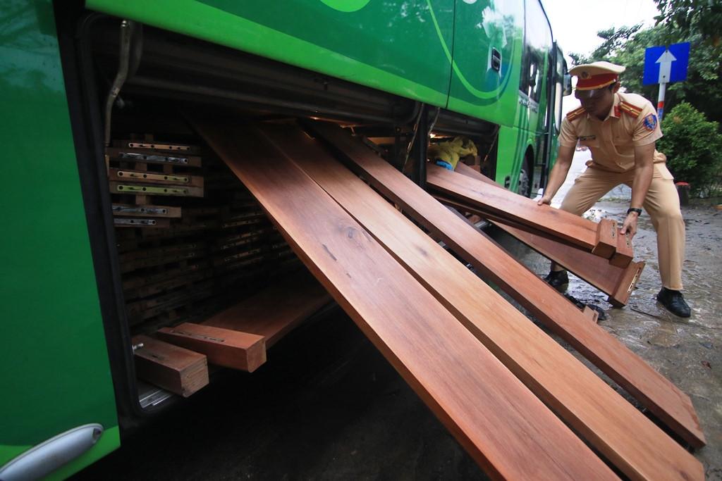 Bắt hai xe khách giường nằm giấu hơn 10 m3 gỗ trong khoang hành lý Ảnh 1