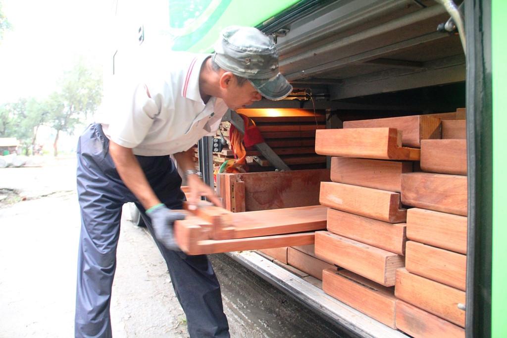 Bắt hai xe khách giường nằm giấu hơn 10 m3 gỗ trong khoang hành lý Ảnh 2
