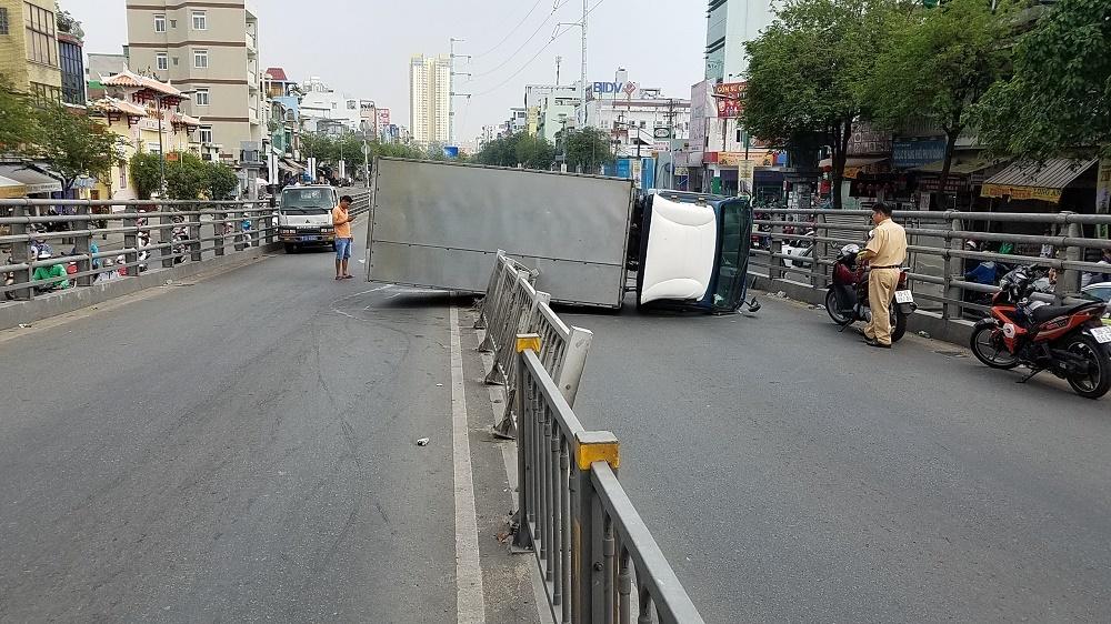 Xe tải lật tông trúng người đi đường, nhiều người hoảng loạn tháo chạy Ảnh 1