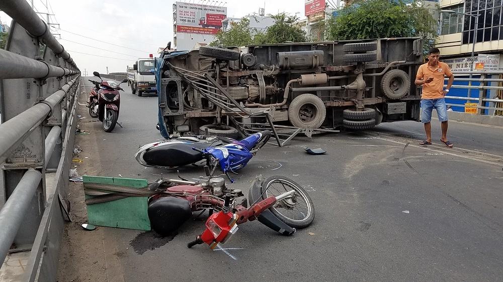 Xe tải lật tông trúng người đi đường, nhiều người hoảng loạn tháo chạy Ảnh 2