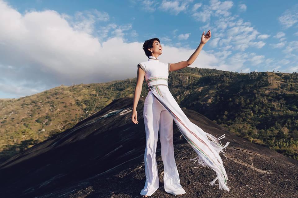 H'Hen Niê diện lại chiếc áo dài thổ cẩm từng 'càn quét' ở Miss Universe để du Xuân Ảnh 8