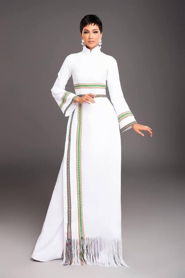 H'Hen Niê diện lại chiếc áo dài thổ cẩm từng 'càn quét' ở Miss Universe để du Xuân Ảnh 15