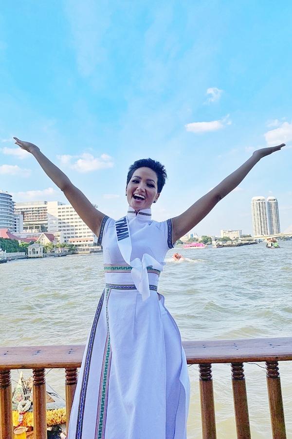 H'Hen Niê diện lại chiếc áo dài thổ cẩm từng 'càn quét' ở Miss Universe để du Xuân Ảnh 13