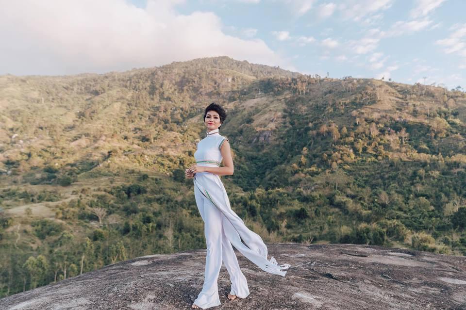 H'Hen Niê diện lại chiếc áo dài thổ cẩm từng 'càn quét' ở Miss Universe để du Xuân Ảnh 11