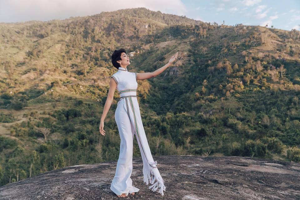 H'Hen Niê diện lại chiếc áo dài thổ cẩm từng 'càn quét' ở Miss Universe để du Xuân Ảnh 5