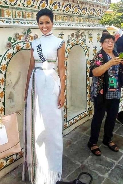H'Hen Niê diện lại chiếc áo dài thổ cẩm từng 'càn quét' ở Miss Universe để du Xuân Ảnh 12