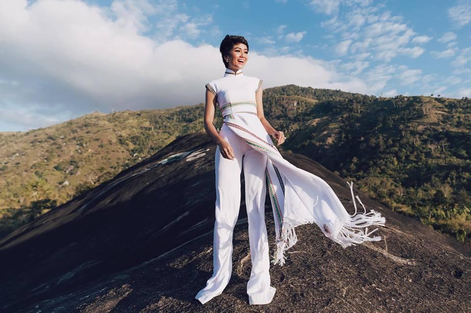 H'Hen Niê diện lại chiếc áo dài thổ cẩm từng 'càn quét' ở Miss Universe để du Xuân Ảnh 1