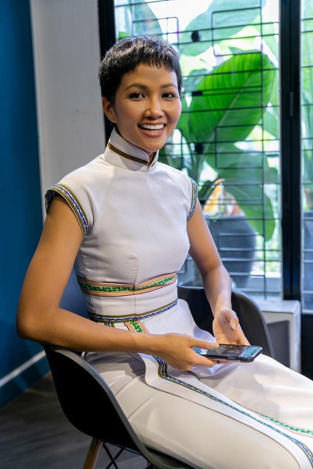 H'Hen Niê diện lại chiếc áo dài thổ cẩm từng 'càn quét' ở Miss Universe để du Xuân Ảnh 14