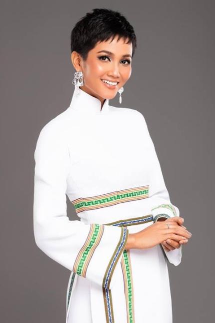 H'Hen Niê diện lại chiếc áo dài thổ cẩm từng 'càn quét' ở Miss Universe để du Xuân Ảnh 16