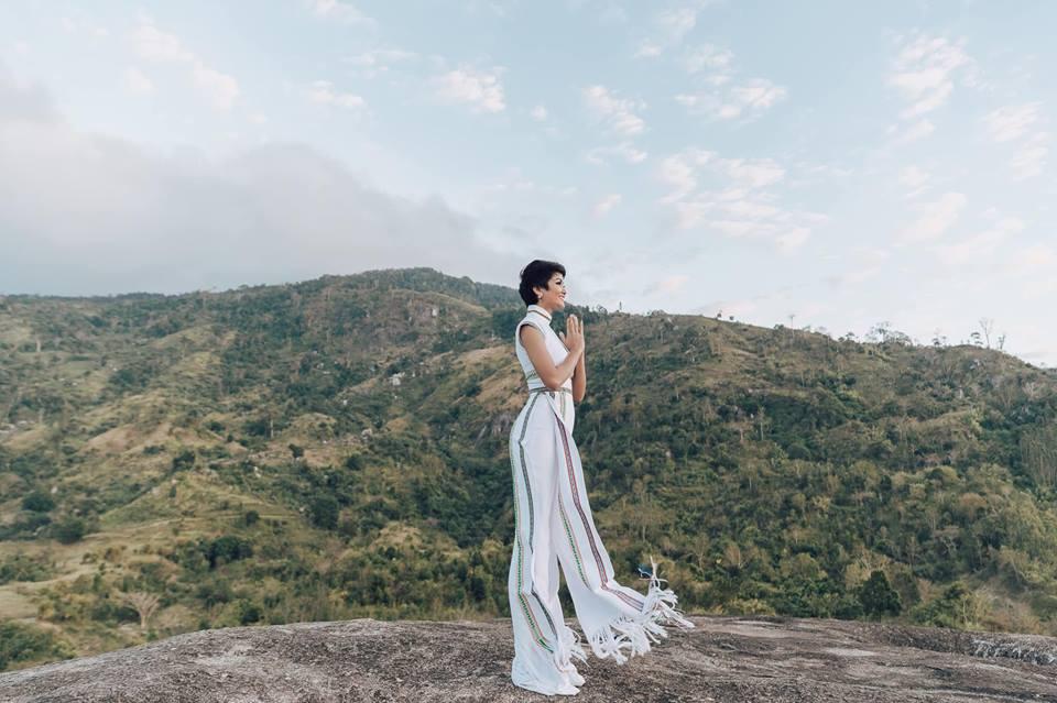 H'Hen Niê diện lại chiếc áo dài thổ cẩm từng 'càn quét' ở Miss Universe để du Xuân Ảnh 2