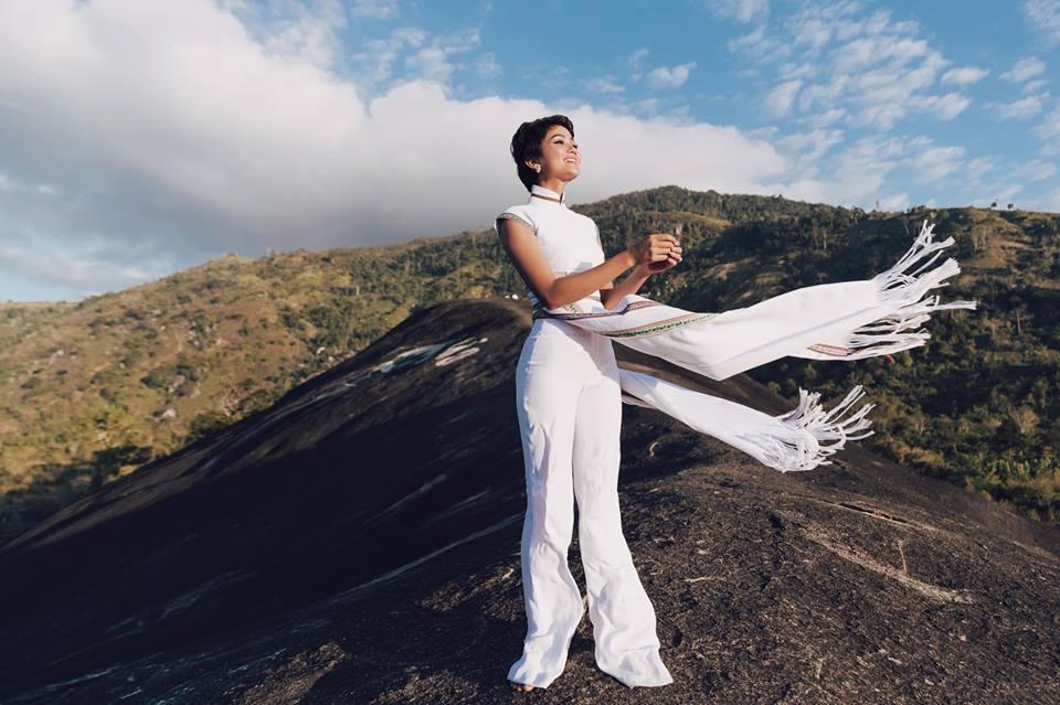 H'Hen Niê diện lại chiếc áo dài thổ cẩm từng 'càn quét' ở Miss Universe để du Xuân Ảnh 10