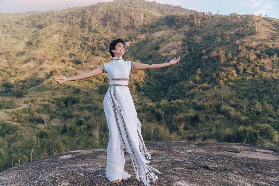 H'Hen Niê diện lại chiếc áo dài thổ cẩm từng 'càn quét' ở Miss Universe để du Xuân Ảnh 4