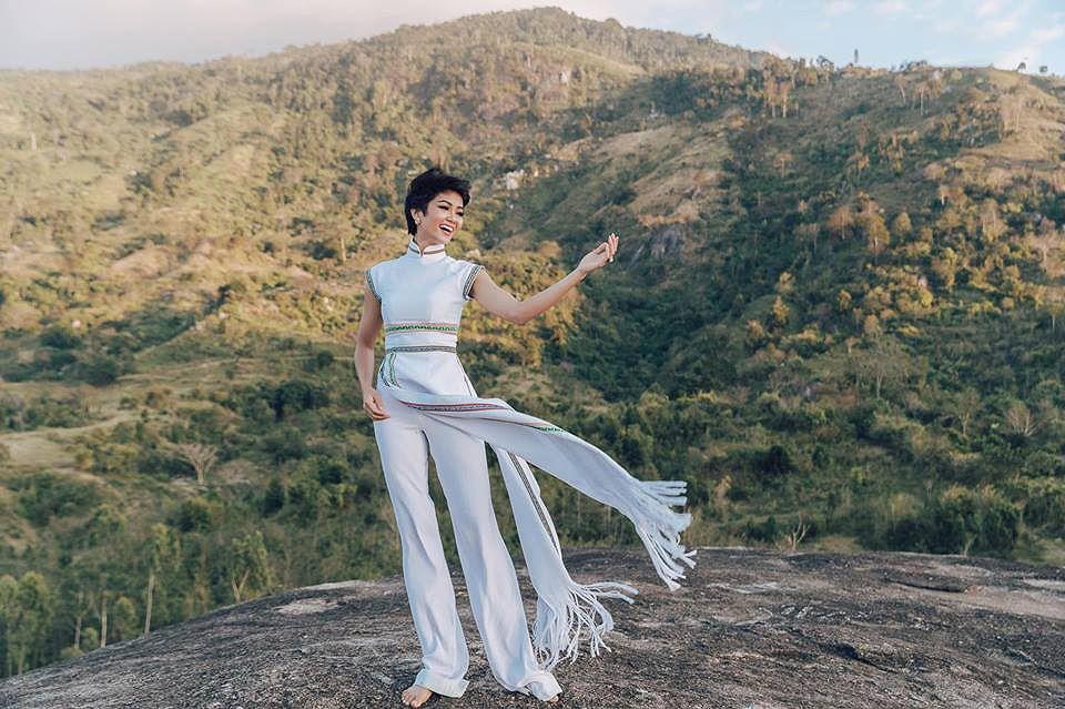 H'Hen Niê mặc áo dài thổ cẩm đi du Xuân giữa đại ngàn Tây Nguyên Ảnh 3