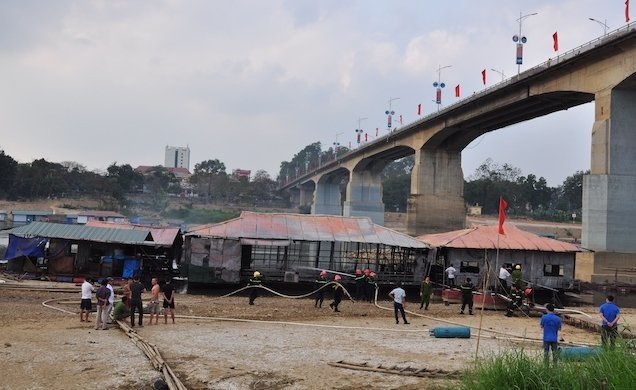 Nhà hàng nổi bốc cháy ngùn ngụt, cột khói đen kịt mặt sông Lô Ảnh 2